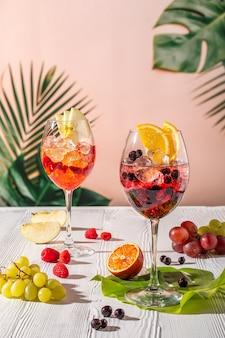 Sangria froide dans des verres à vin sur une table en bois au soleil du matin
