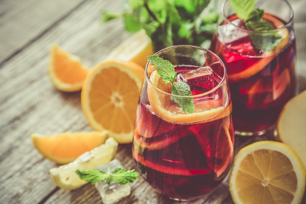 Sangria et ingrédients dans des verres