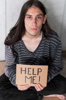 Sans-abri demandant de l'aide