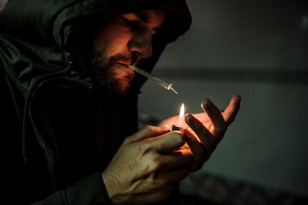 Sans-abri fumer cigarette addiction