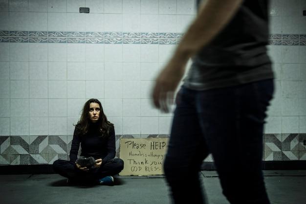 Sans-abri, mendiant, demande d'argent, don, veuillez, aidez, signe