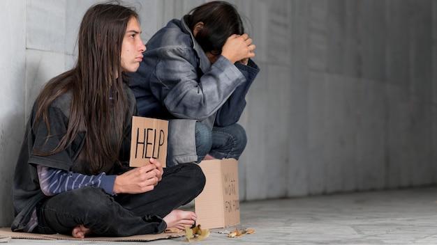 Sans-abri qui demande de l'aide