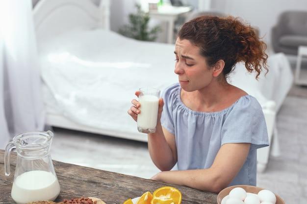Sans lactose. une jeune femme au foyer souffrant d'une allergie aux produits laitiers a trouvé une escapade en buvant un verre de lait sans lactose