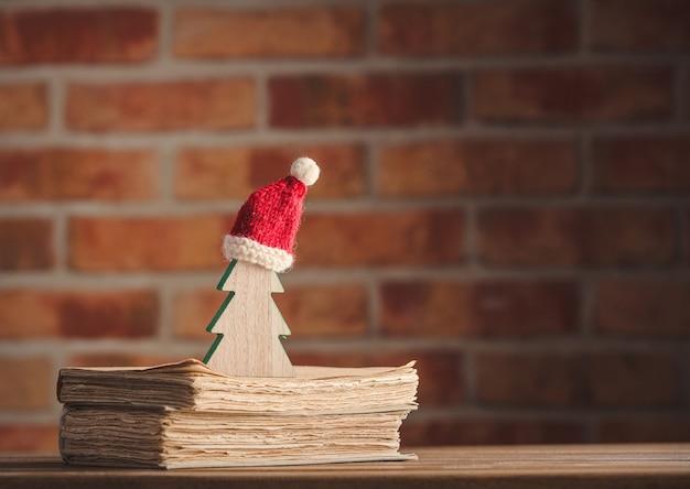 Santa claus christmas hat et arbre avec des vieux livres