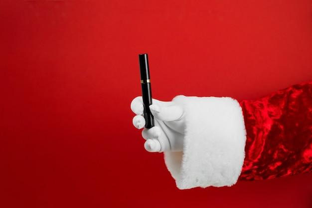 Santa main avec mascara pour les yeux.
