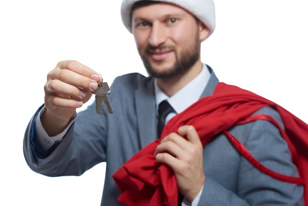 Santa souriant donnant un cadeau de luxe.