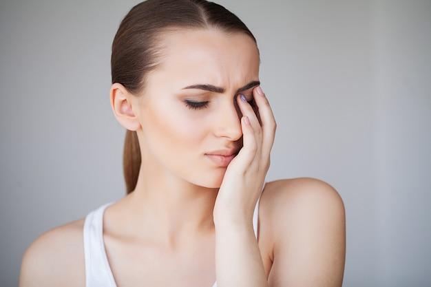 Santé et douleur à la tête. belle femme, avoir, fort, mal tête, ressentir douleur