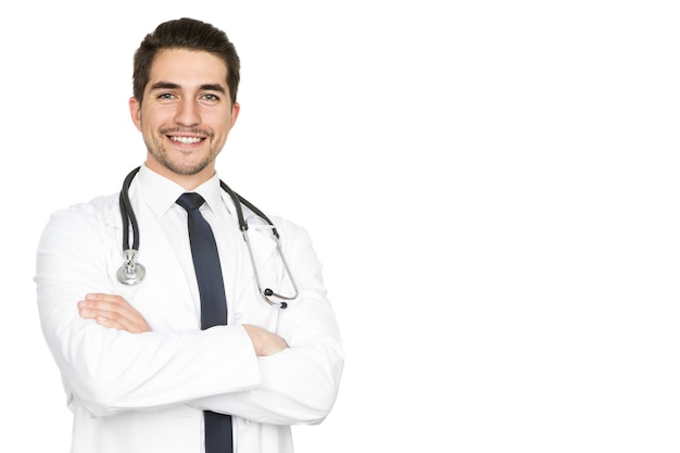 La santé est la plus grande priorité. portrait en studio demi-longueur d'un jeune médecin de sexe masculin souriant avec confiance isolé sur fond blanc sur le côté