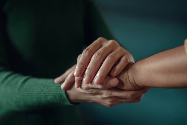 Santé mentale du sspt, concept encourageant. toucher avec une main confortable pour aider une personne déprimée à se sentir mieux