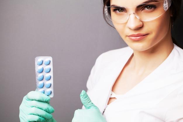 Santé sexuelle, un médecin en blouse blanche tenant une pilule pour une vie saine des hommes.
