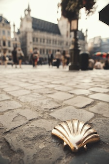 Santiago shell st james shell sur la place principale de bruxelles, belgique