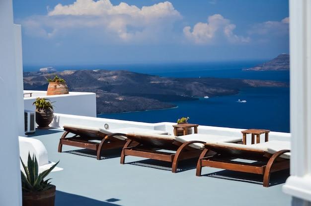 Santorin - un endroit magnifique pour des vacances d'été reposantes
