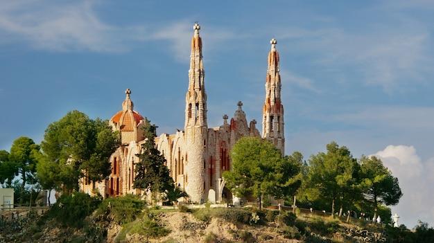 Le santuario de santa maria magdalena est un édifice religieux situé à novelda, alicante (valence, espagne) et a été construit à partir d'un projet jose sala
