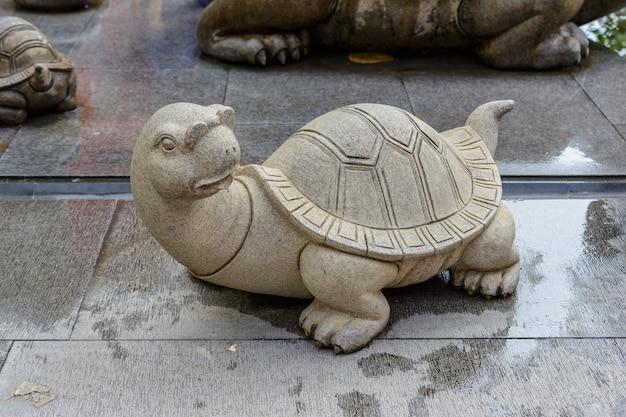 Sanya, hainan, chine - 20 février 2020 : tortue en pierre à motifs sur le territoire du centre bouddhiste nanshan.