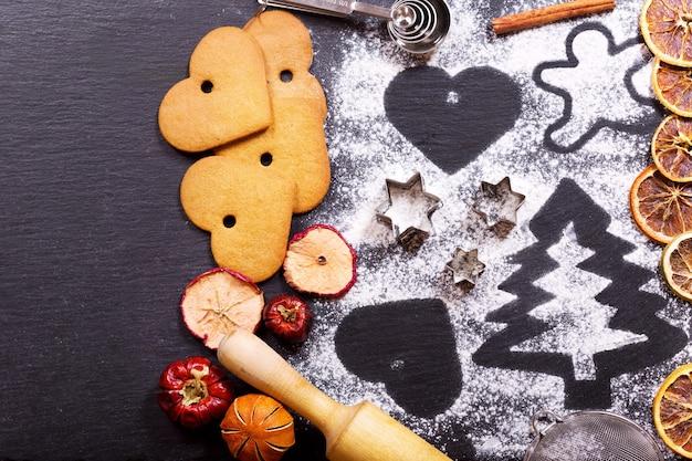 Sapin de cuisson de noël à base de farine sur une table sombre ingrédients de biscuits pour la cuisson