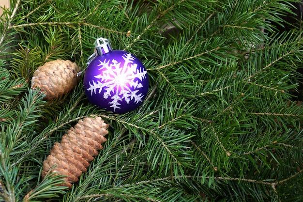 Sapin jouet une sphère en plastique avec le flocon de neige dessiné