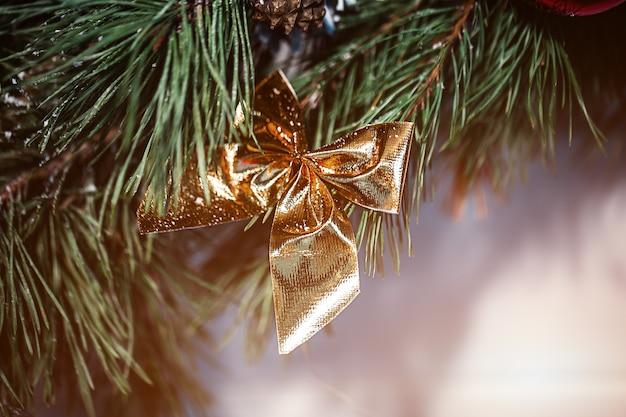Sapin de noël, arc pour la conception d'une carte postale de nouvel an.