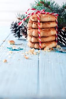 Sapin de noël avec des biscuits et décoration sur une planche de bois