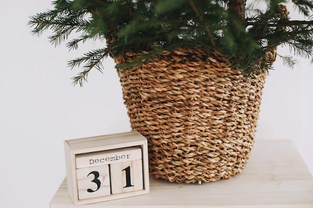Sapin de noël avec calendrier en bois détails intérieurs festifs pour le nouvel an et noël