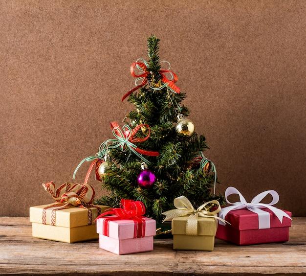 Sapin de noël et coffret cadeau sur fond de table en bois