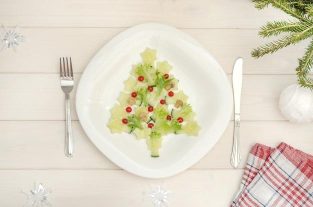 Sapin de noël comestible fait de légumes pour le nouvel an et la table de noël