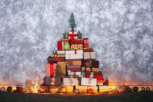 Sapin de noël composé de boîtes à cadeaux et d'autres décorations au sol