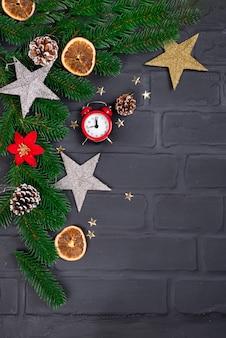 Sapin de noël avec décoration et horloge rouge