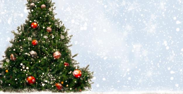 Sapin de noël avec décoration, lumière, flocon de neige. contexte