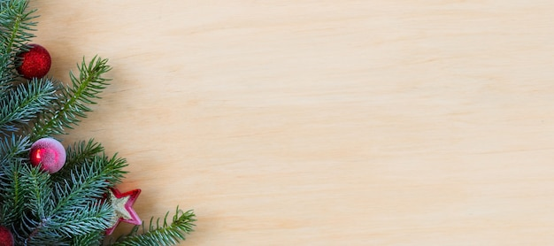 Sapin de noël avec décoration sur une planche en bois. espace de copie. mise au point sélective. bannière