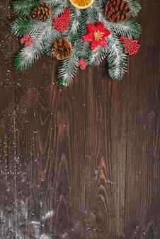 Sapin de noël avec décoration sur une planche en bois foncée. avec un espace de copie pour le texte.