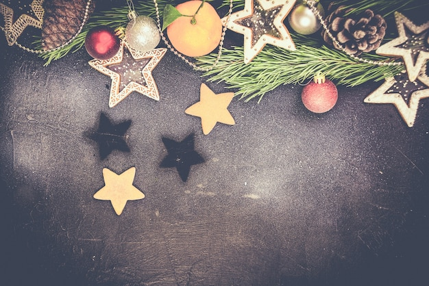 Sapin de noël avec décoration sur planche de bois sombre, étoiles de biscuits en pain d'épice. copiez l'espace.