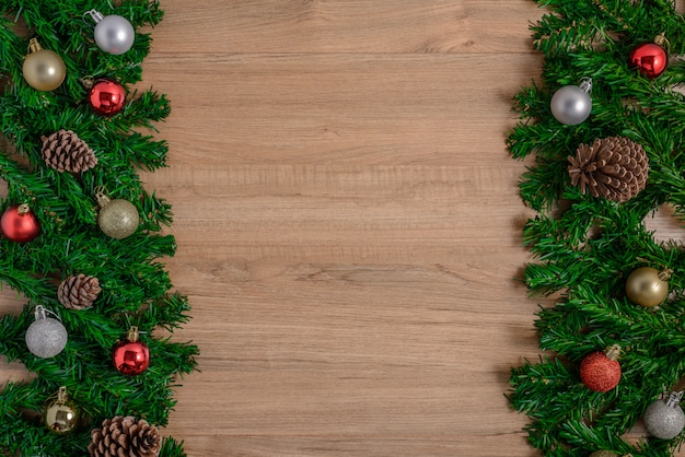 Sapin de noël avec décoration sur planche de bois