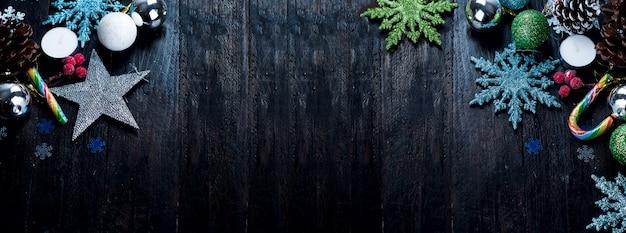 Sapin de noël avec décoration sur une planche de bois