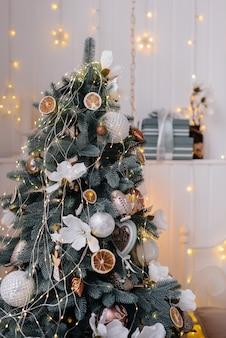 Sapin de noël décoré bonne année et joyeux noël