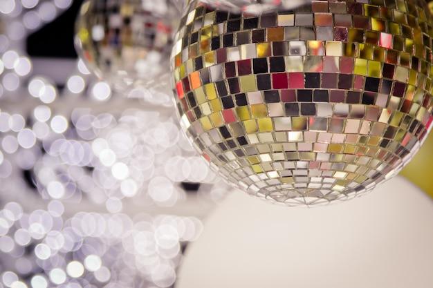 Sapin de noël décoré avec un décor de boule à facettes miroir pour un joyeux noël