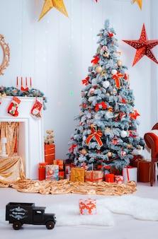 Sapin de noël décoré de façon festive.