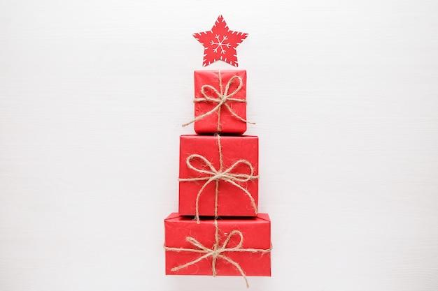 Sapin de noël fait de cadeaux et de cadeaux colorés. lay plat. concept de vacances.