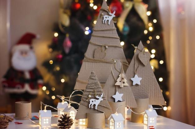 Sapin de noël fait à la main en carton décorations et préparations de noël pour enfants créativité et artisanat