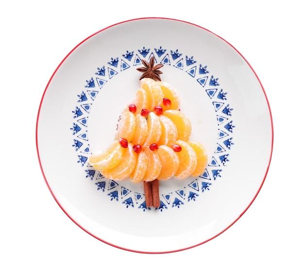 Sapin de noël fait de mandarines, isolé sur blanc