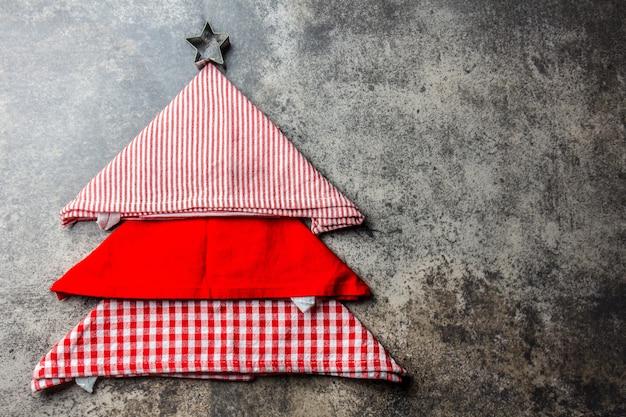 Sapin de noël fait de serviettes de cuisine et assiette rouge