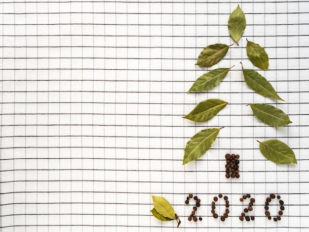 Sapin de noël de feuilles de laurier et poivre noir.