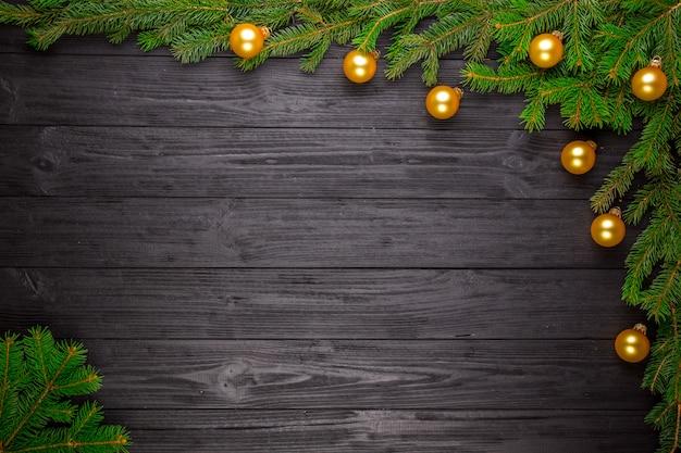 Sapin de noël sur fond en bois noir