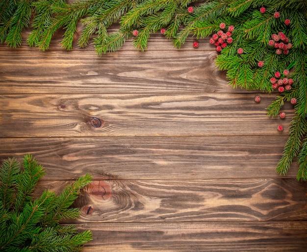Sapin de noël sur fond en bois