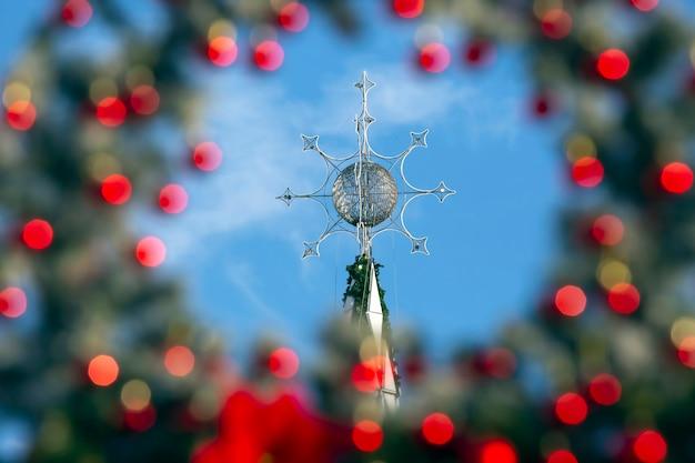 Sapin de noël sur fond de décorations de cadre flou