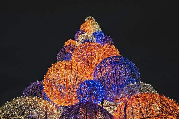 Sapin de noël moderne fait de sphères lumineuses