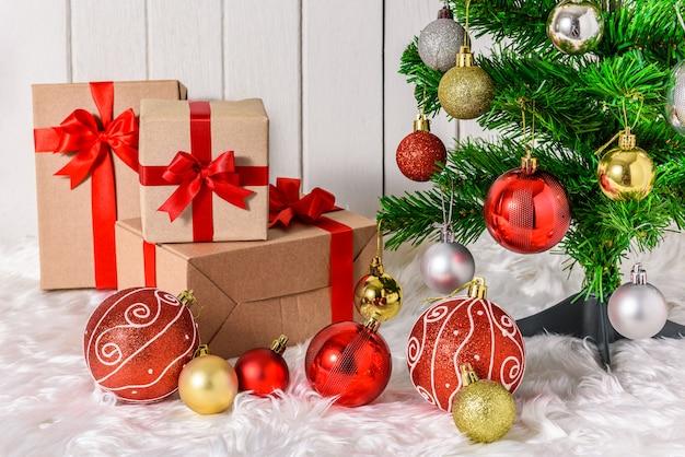 Sapin de noël et ornements avec des coffrets cadeaux
