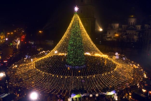 Sapin de noël. le principal arbre de noël de l'ukraine sur la place sofiyivska. vue depuis le drone