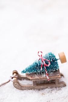 Sapin de noël sur le traîneau. thème d'or de noël et du nouvel an.