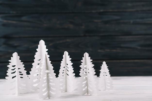 Sapins en papier sur table