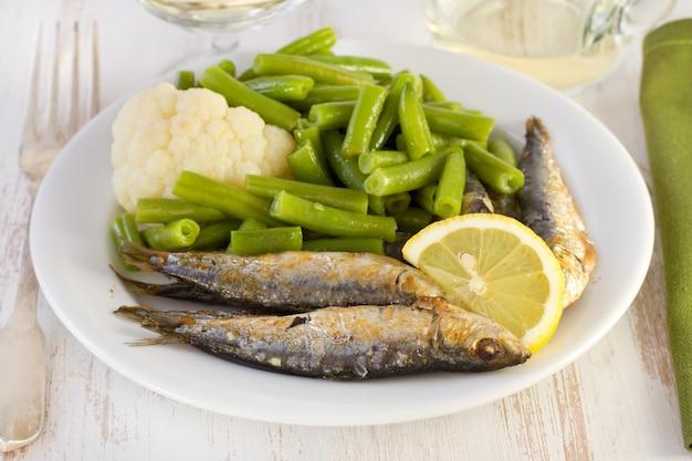 Sardines aux haricots et citron sur l'assiette